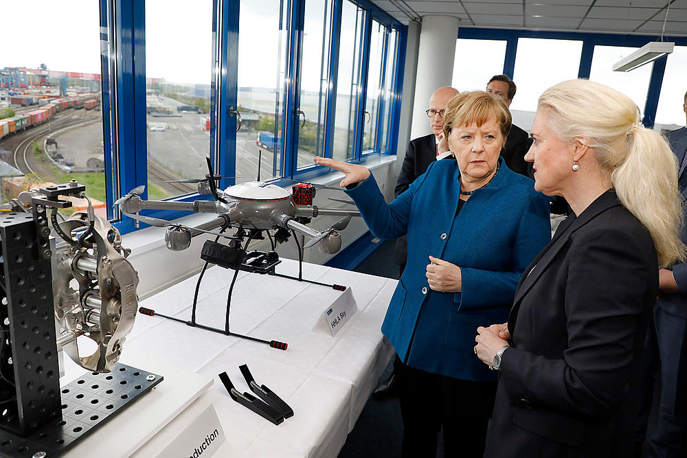 The Chairwoman of HHLA's Executive Board, Angela Titzrath, and Chancellor Dr Angela Merkel.